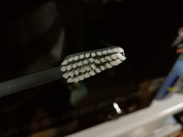 TePeの歯ブラシのヘッド。三角形みたいな台形をしている