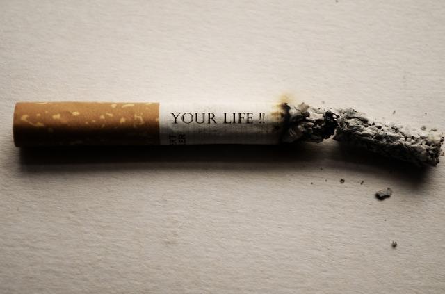 減っていく「Your Life」と書かれたタバコ