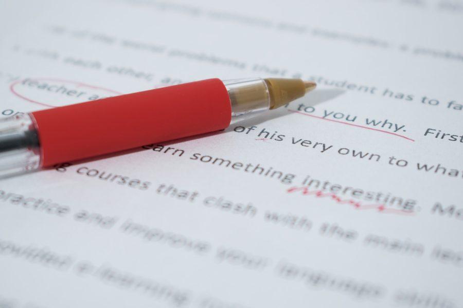赤ペンで英文を直している写真