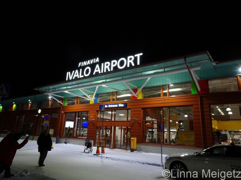 イヴァロ空港の入り口の写真