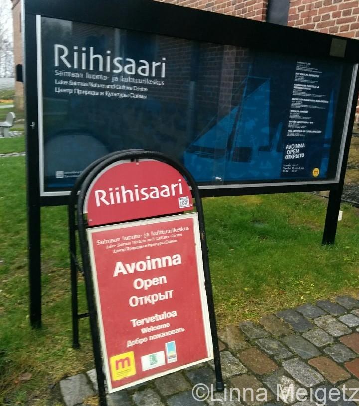 サヴォンリンナの博物館前の看板。スウェーデン語が書かれていない