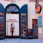 ハンガリーの街角。ハンガリー語で書かれている