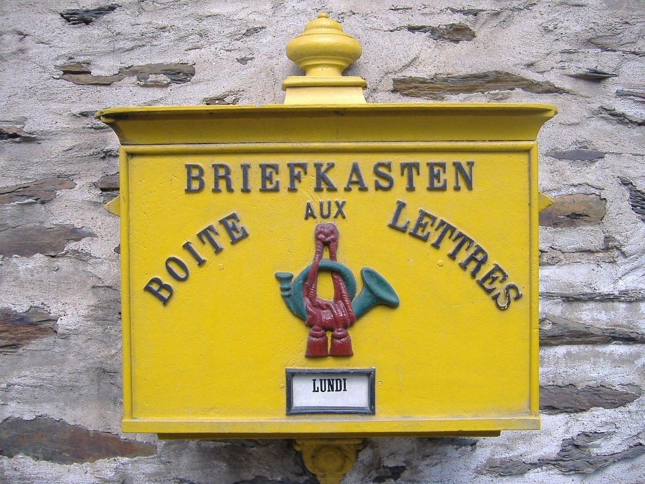 ドイツ語とフランス語が掛かれている郵便箱