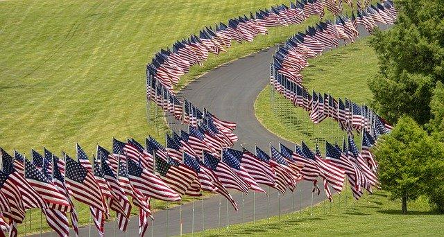 道路沿いに並ぶアメリカ合衆国旗