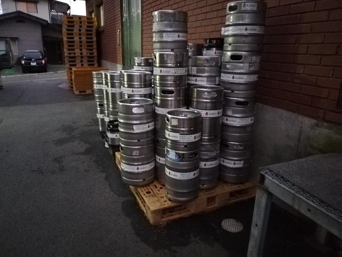 ベアレン醸造所の倉庫前に積まれた樽