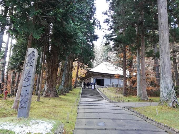 中尊寺金色堂を保護する覆堂(おおいどう)の外観