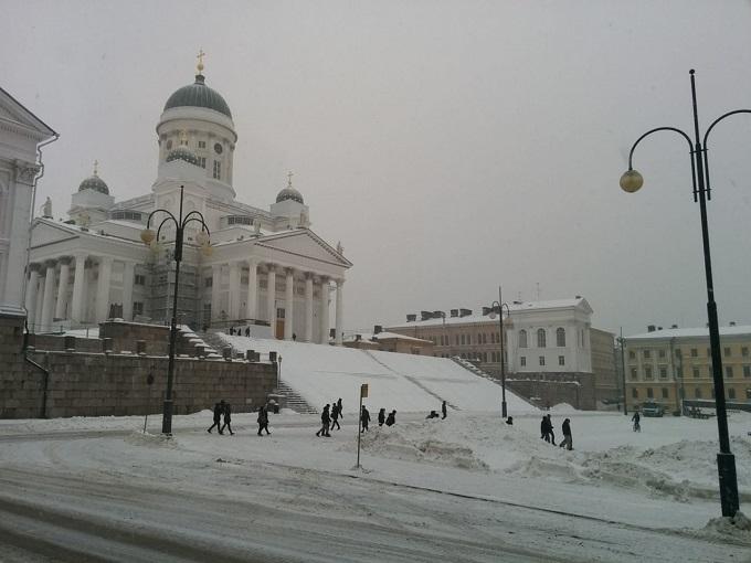 雪が降るヘルシンキ元老院広場。11月