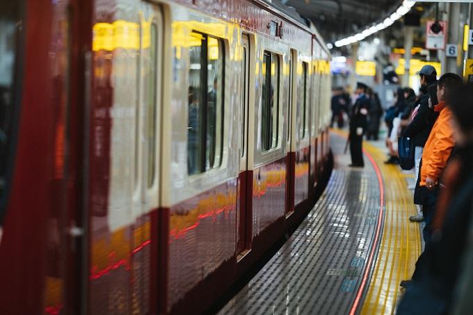 ホームに到着する京急線の写真