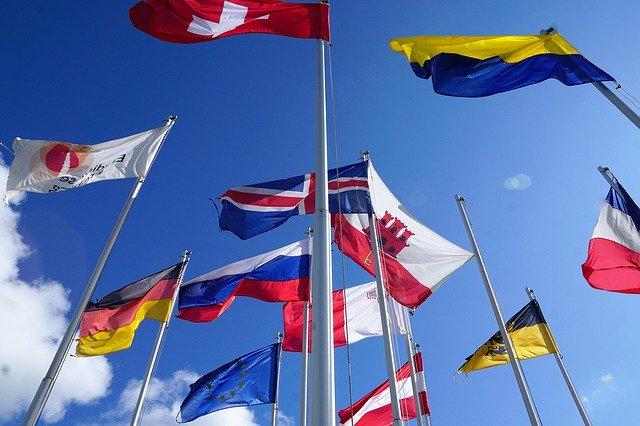 いろいろな国旗の写真