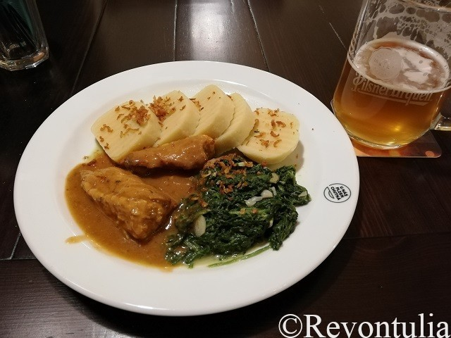 クネドリーキやほうれんそう付のローストポーク、ビール。Šenk Na Parkánuにて