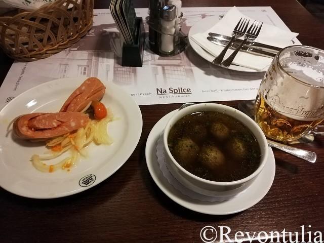 ウトペネツとレバーダンプリングのスープ。Na Spilceにて