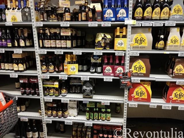 ビールが並んだ陳列棚。ユックルのDelhaizeにて