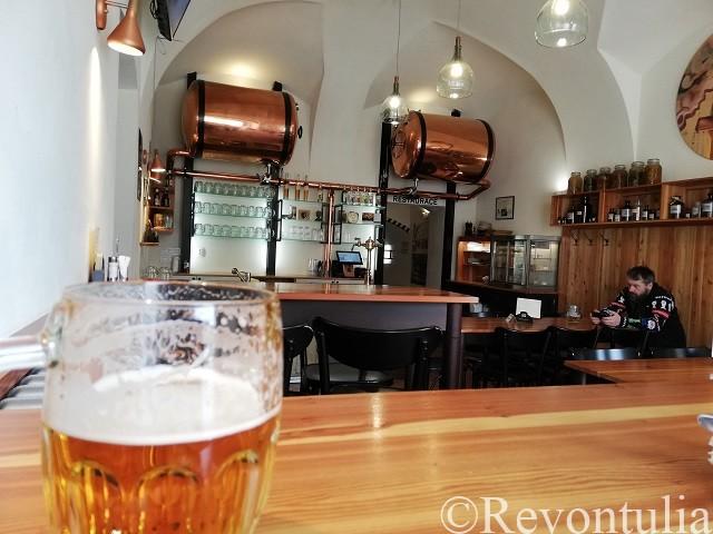 ビールとLékárnaの内装