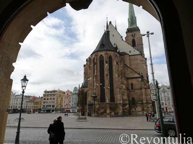 Lékárnaの入り口から見える大聖堂