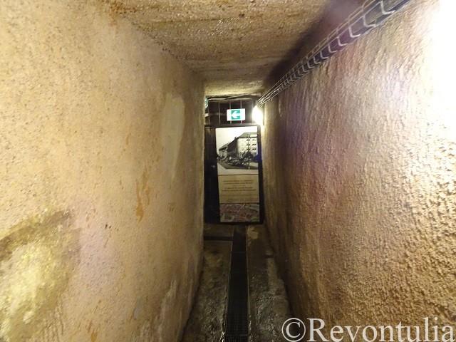 プルゼニの地下通路で安っぽい素材で補強された場所