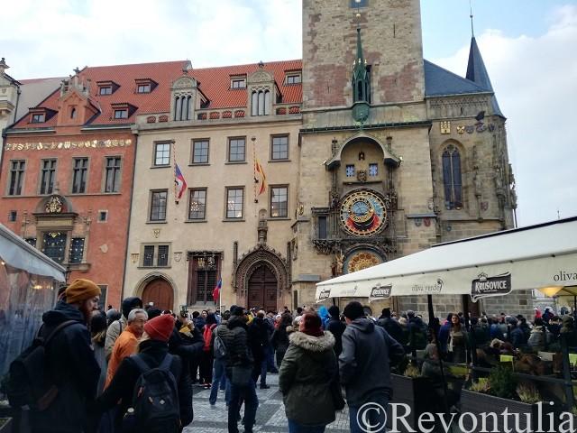 プラハの天文時計に集まる人だかり