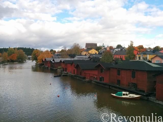 川岸に並ぶ赤い倉庫群