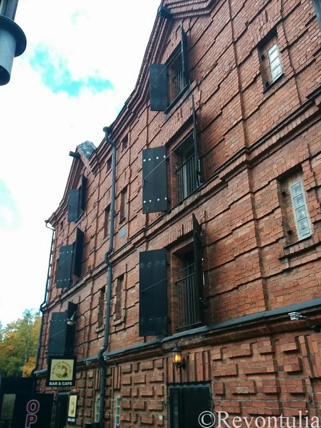 カフェが入っているポルヴォーのレンガ造りの建物