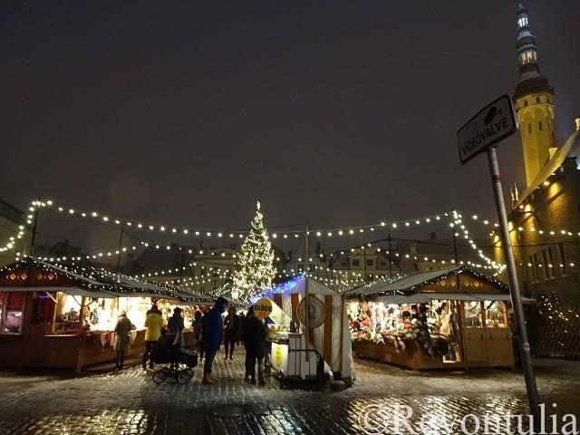 タリンの夜のクリスマスマーケット