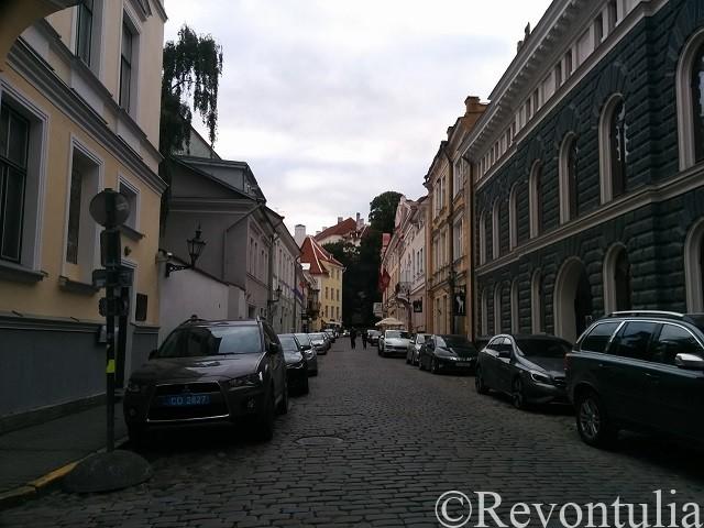 車が止まっている旧市街の通り