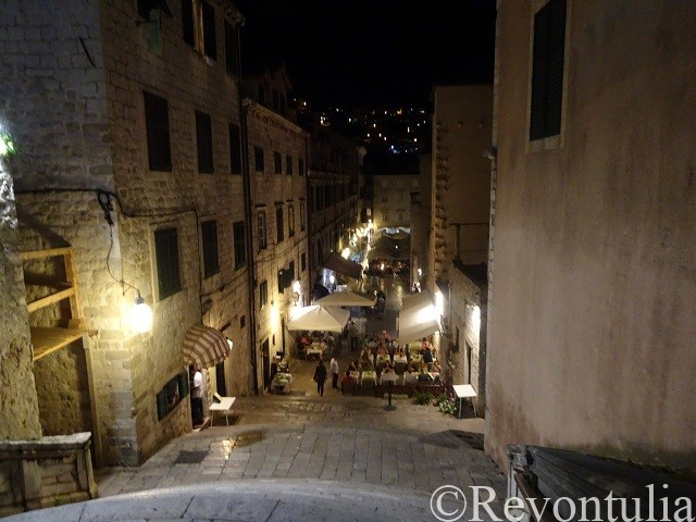 夜のドゥブロヴニク旧市街のとある通り