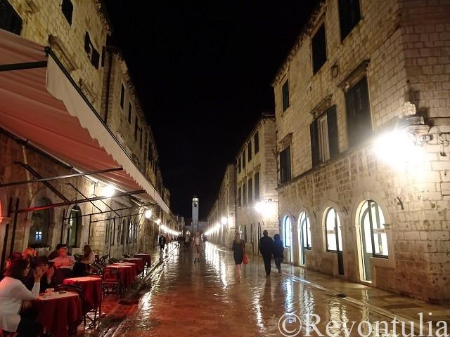 夜のドゥブロヴニク旧市街の大通り