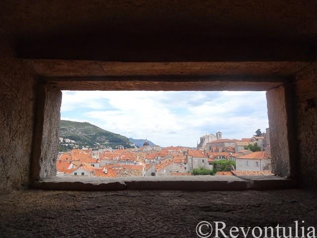 城壁の窓から見たドゥブロヴニク旧市街