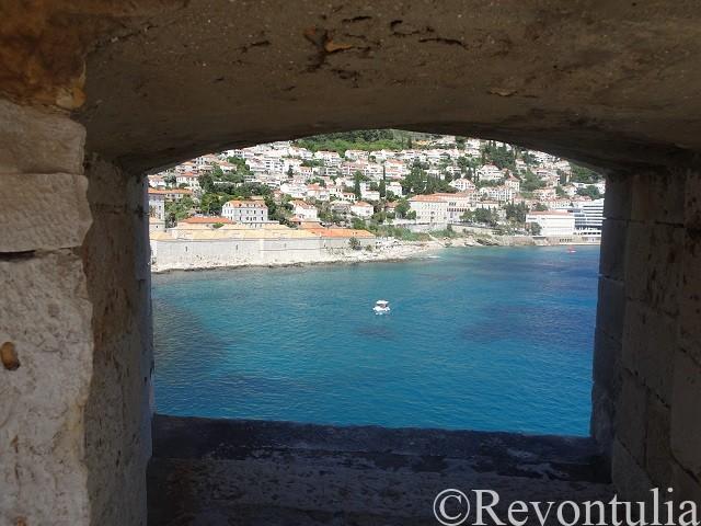 ドゥブロヴニクの城壁の窓から見た船