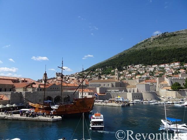 城壁から見た船とドゥブロヴニク旧市街