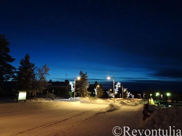 夜のサーリセルカの通り