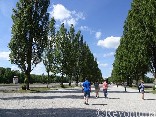 ダッハウ強制収容所の並木道