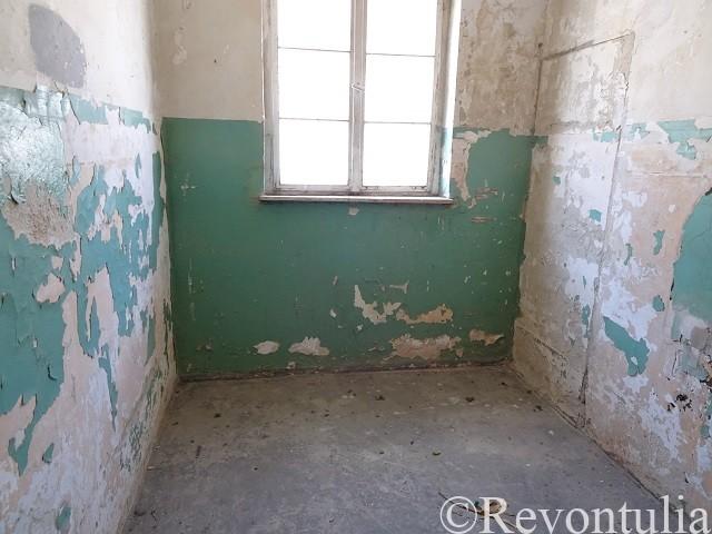 ダッハウ強制収容所の独房のような部屋