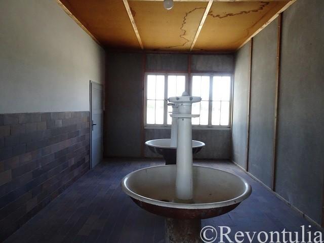 ダッハウ強制収容所の建物の水飲み場