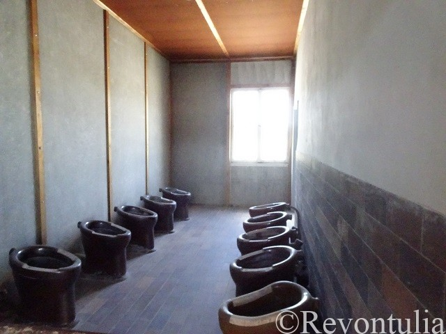 ダッハウ強制収容所の建物の便所