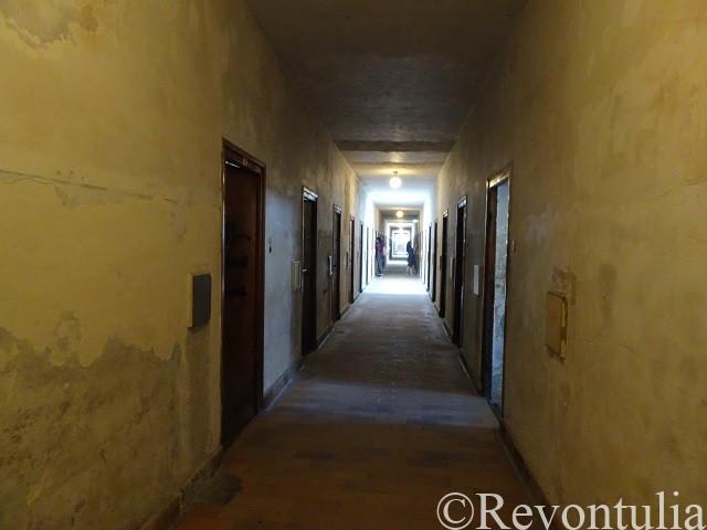 ダッハウ強制収容所の建物の廊下