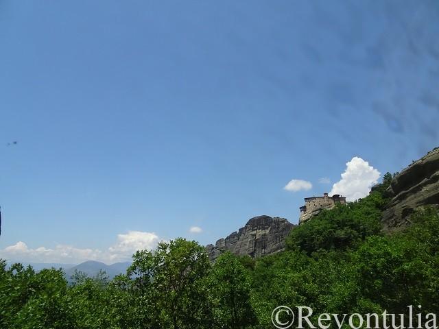 巨岩の上にある修道院