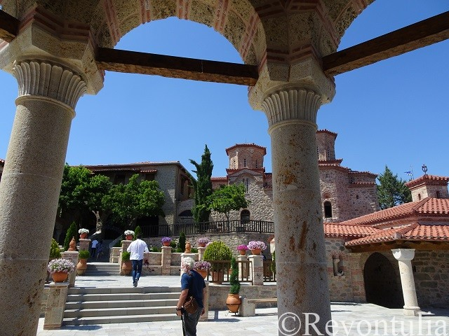 メテオラのヴァルラーム修道院の中庭