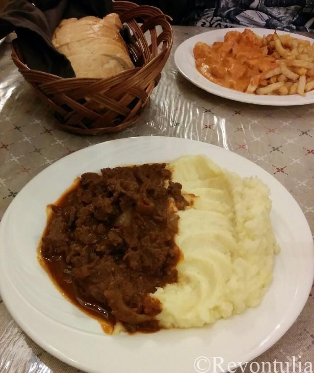 ブダペストの最初の夕食。グヤーシュ