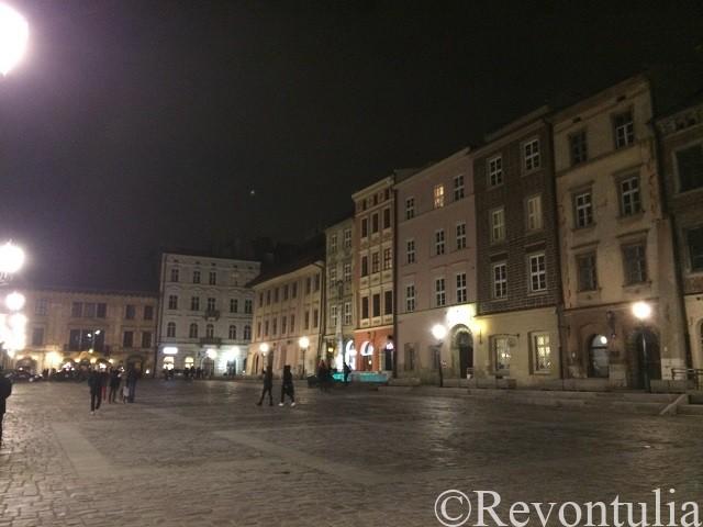 夜のクラクフのとある広場