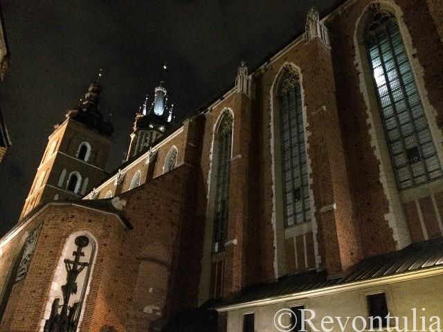 夜のクラクフの聖マリア教会