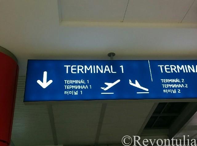 プラハ空港の案内表示