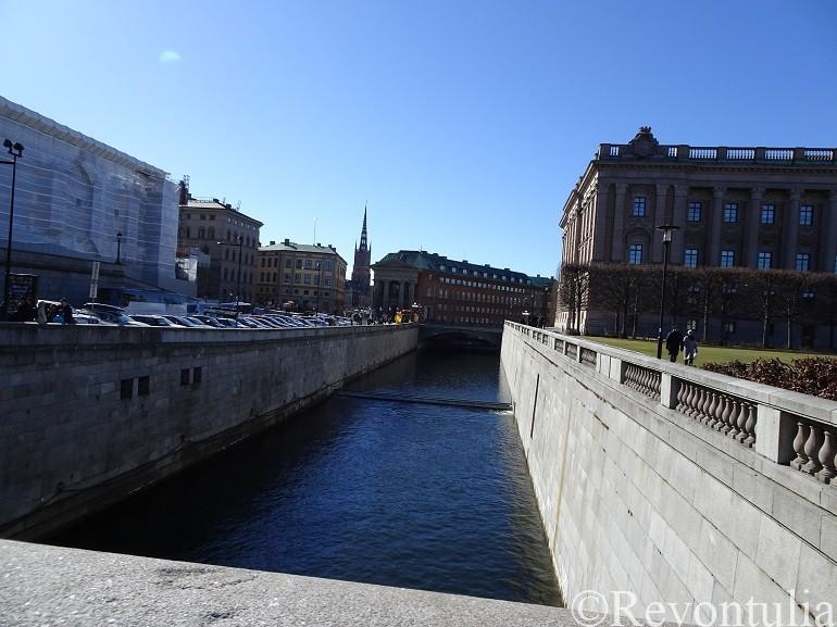 ストックホルムの議事堂そばの運河