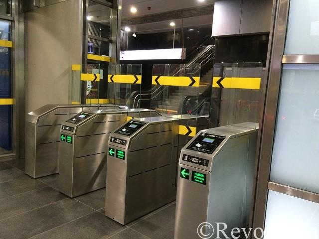 改札があるメトロの駅.ワルシャワにて