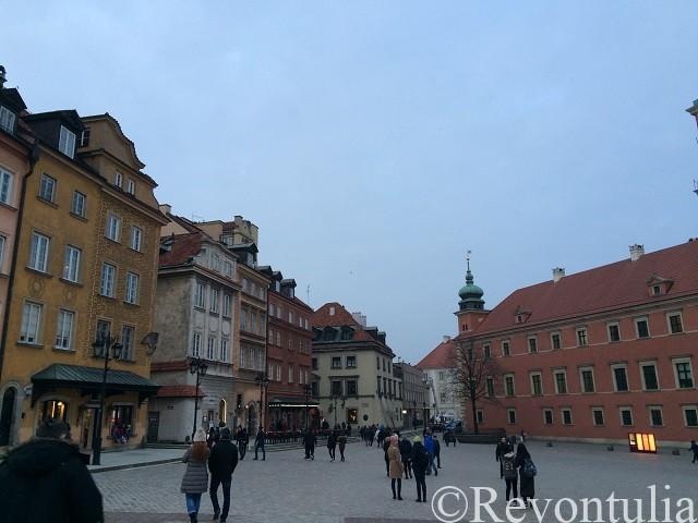 夕方のワルシャワ旧市街の王宮広