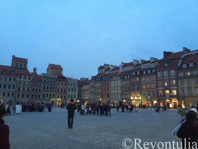 夕方のワルシャワ旧市街のマーケット広場