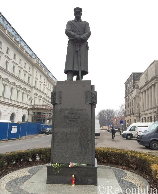 ワルシャワのピウスツキの銅像
