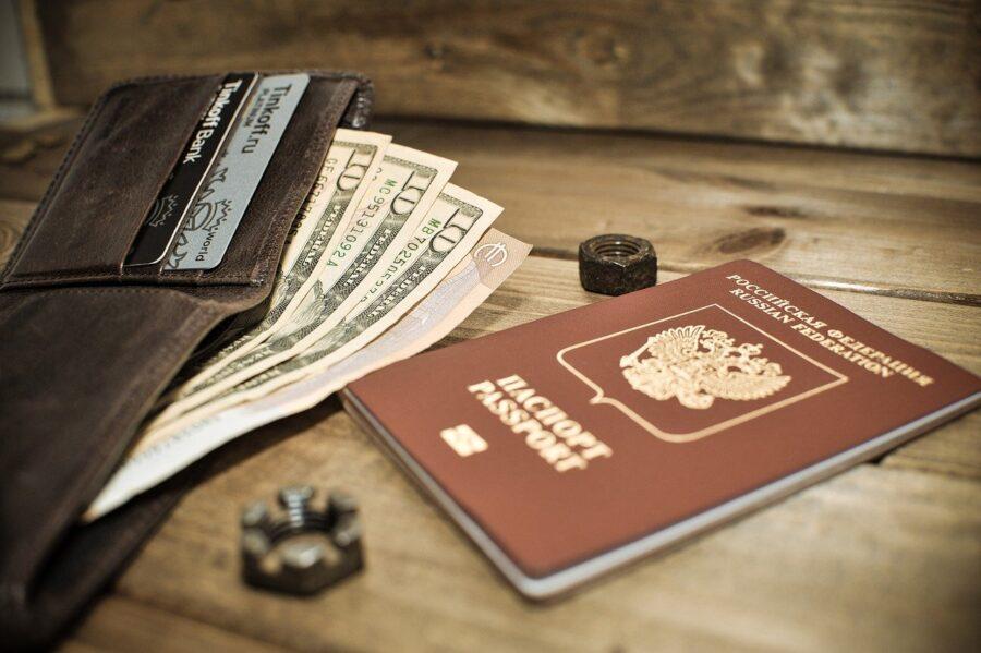 パスポートと財布の写真