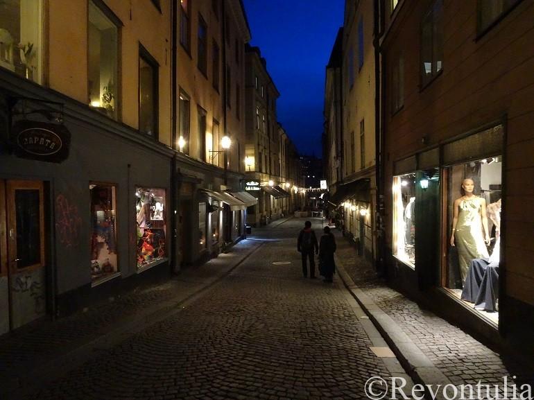 夜のストックホルム旧市街の通り