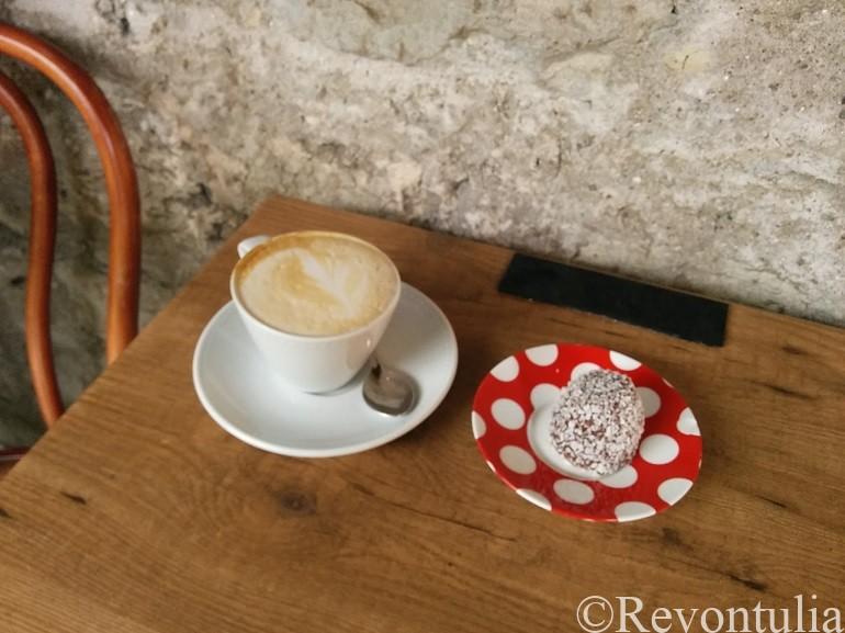 タリンのカフェdannebrogのケーキとカプチーノ