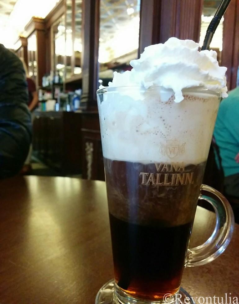 タリン最古のカフェMaiasmokkのヴァナタリンコーヒー